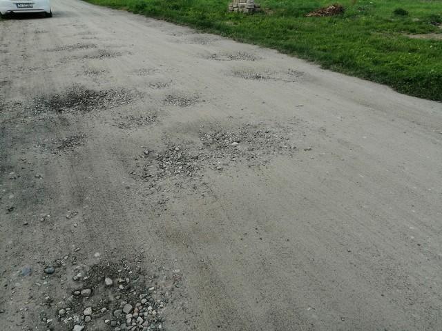 Konikowo, jedna z dróg gruntowych, a konkretnie przy numerze działki 7 (domy od numerów 50 do 50 K). Ostatni raz nawierzchnia naprawiana była w marcu.