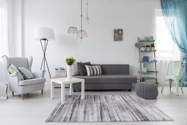 Biela w aranżacji mieszkaniaBiel dominująca w mieszkaniu pięknie komponuje się z szarościami i błękitem.