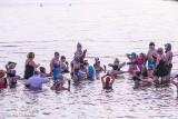 Szampan w jeziorze. Noworoczna kąpiel morsów w Miedwiu [ZDJĘCIA]