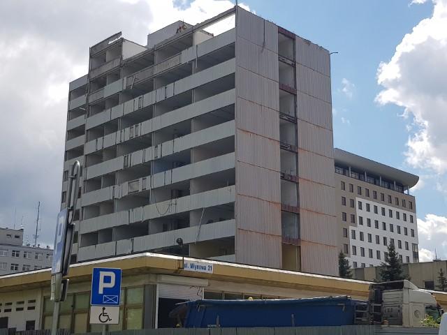 Rozpoczęła się rozbiórka budynku Miastoprojektu. Obiekt przeznaczony jest do zburzenia. Robotnicy ruszyli z pracami na dachu budynku. Na terenie budowy znajdują się niebezpieczne dla zdrowia substancje.