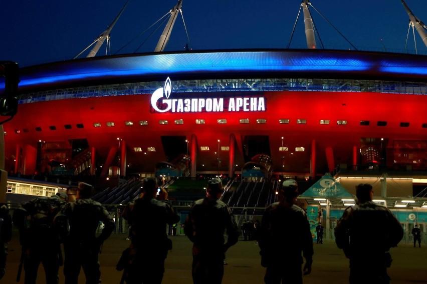 Stadion Gazprom Arena jest pięknie oświetlony i z kształtu...