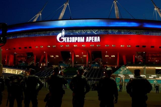 Stadion Gazprom Arena jest pięknie oświetlony i z kształtu przypomina spodek kosmiczny. Przejdź do kolejnego zdjęcia --->