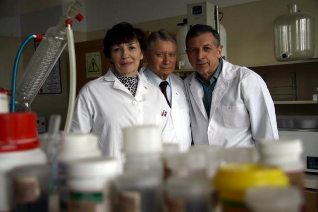 Prof. Barbara Gawdzik, kierownik Zakładu Chemii Polimerów UMCS, ze współpracownikami: dr. hab. Tadeuszem Matynią i dr. Andrzejem Bartnickim