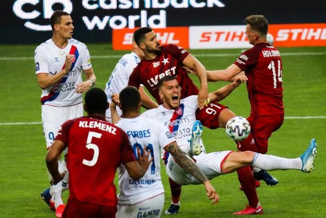 W meczu Wisły Kraków z Rakowem Częstochowa podyktowano dwa rzuty karneZobacz kolejne zdjęcia. Przesuwaj zdjęcia w prawo - naciśnij strzałkę lub przycisk NASTĘPNE