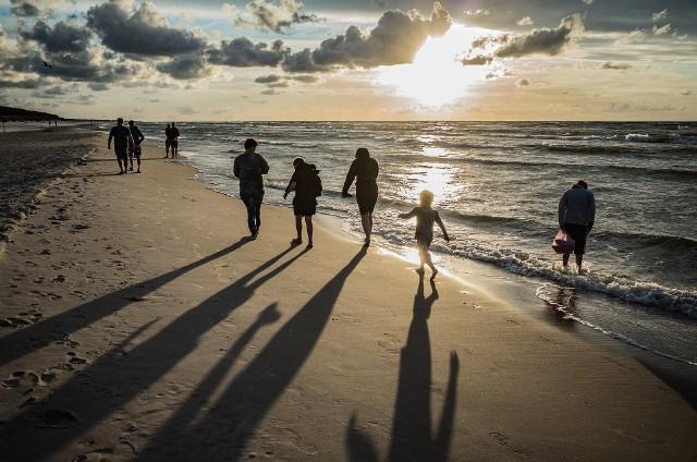 Sarbinowo należy do najpopularniejszych miejscowości nadmorskich w naszym regionie. Pogoda sprzyja wypoczynkowi na plaży, co sprawia, że wiele osób chętnie dzieli się swoimi zdjęciami w mediach społecznościowych.Oczywiście najchętniej turyści robią zdjęcia na plaży, a prawdziwym hitem są fotografie robione w czasie zachodu słońca.Jak turyści wypoczywają w Sarbinowie? Zobaczcie zdjęcia, które opublikowali na Instagramie z hasztagiem #sarbinowo!Zobacz zdjęcia >>>