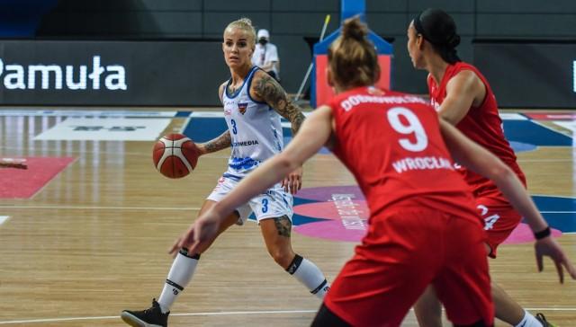 Z piłką Angelika Stankiewicz, która ma ważny kontrakt z KS Basket 25 na sezon 2021/2022