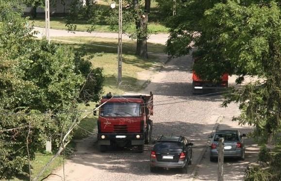 Ciężarówki w tygodniu bardzo często jeżdżą ulica Daleką.