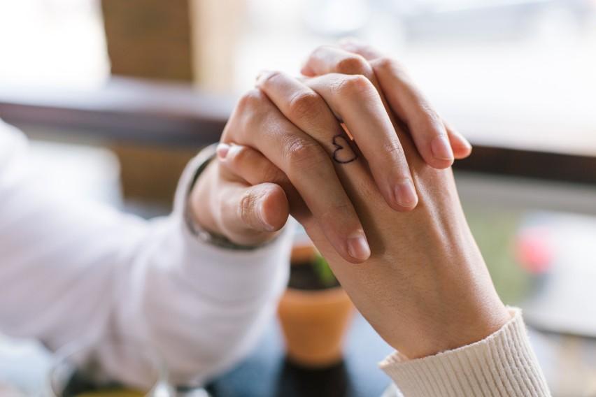 Tatuaże dla par to coraz bardziej popularny sposób na podkreślenie szczególnej więzi łączącej dwie osoby. Jeśli wierzysz w to, że twój partner jest tym jedynym i będzie ze sobą na zawsze, nic nie stoi na przeszkodzie, byście zafundowali sobie taką wieczną pamiątkę i symbol waszej miłości. To może być też świetny pomysł na wspólne walentynki! Zanim wybierzecie się do studia tatuażu, zobaczcie najciekawsze wzory tatuaży dla zakochanych!