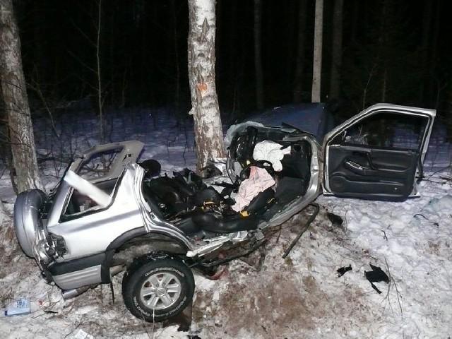 Opel uderzył w drzewo, jedna osoba zginęła na miejscu.