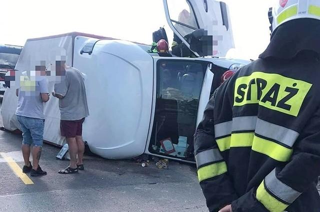 Samochód ciężarowy najechał na tył busa, który przewrócił się na bok. Na miejscu trwa usuwanie skutków kolizji. Droga w obu kierunkach jest zablokowana. Zobacz kolejne zdjęcia. Przesuwaj zdjęcia w prawo - naciśnij strzałkę lub przycisk NASTĘPNE