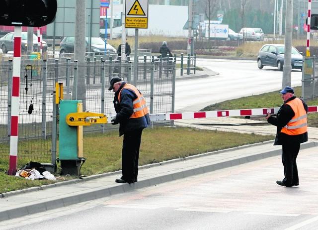 W zeszłym tygodniu auto uszkodziło rogatki na przejeździe kolejowym przy rondzie Pileckiego. W korku stanęły ulice: Strzegomska, Mińska i Graniczna. Ruchem kierowali policjanci z drogówki