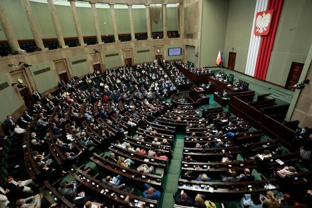 Incydenty dotyczą kilkunastu parlamentarzystów, zasiadających w klubach i kołach poselskich: Lewica, Polska2050, PiS, Koalicja Obywatelska, Konfederacja.