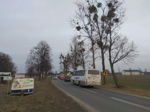 Zakorkowany objazd remontowanej drogi 455 pod Wrocławiem. Objazd prowadzi przez Dobrzykowice