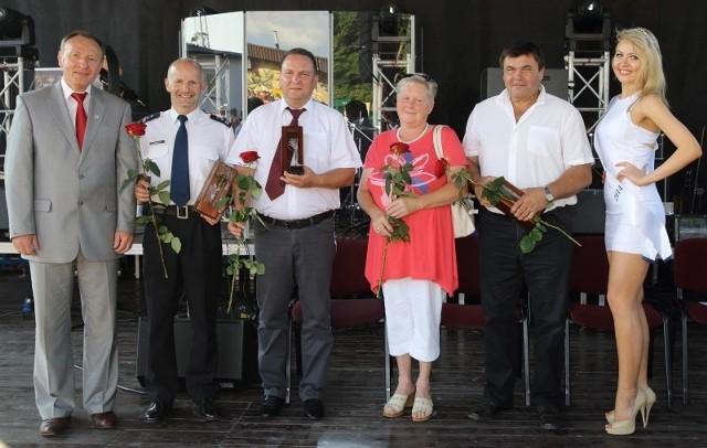 Na zdjęciu od lewej: burmistrz Sylwester Lewicki, Tomasz Kubicki, Ireneusz Misiak, Dorota i Franciszek Wlokowie, Klaudia Spodzieja (Miss Polski Olesna 2014).