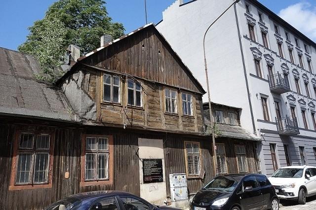 W Łodzi jest jeszcze kilkadziesiąt drewnianych budynków w których do dziś mieszkają ludzie. W większości są to budynki przedwojenne lub wzniesione wkrótce po wojnie, które miały być lokalami tymczasowymi, a często w nich do dziś mieszkają całe rodziny.NA ZDJĘCIU: Najstarszy drewniak w mieście - przy ul. TargowejZOBACZ ŁÓDZKIE DREWNIANE BUDYNKI - KLIKNIJ DALEJ