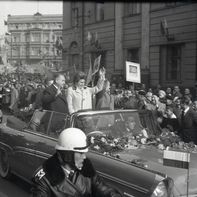 Tę wizytę pamiętano w Łodzi długo. Przyjechała tu pierwsza kobieta, która poleciała w kosmos. Walentynie Tiereszkowej towarzyszył Walery Bykowski, jej kosmiczny brat, jak określała go łódzka prasa.CZYTAJ DALEJ NA NASTĘPNYM SLAJDZIE