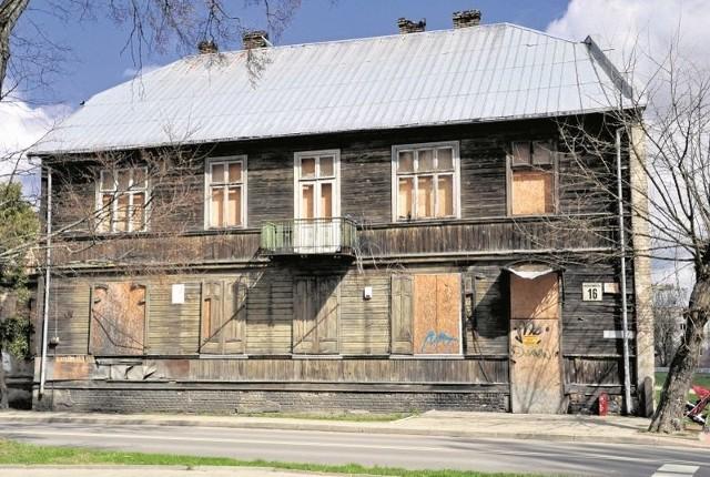 Dom ma takie gabaryty, że uprawnione jest nazywanie go drewnianą willą miejską. W latach 50. ubiegłego stulecia znajdowało się tu sześć mieszkań. Lokatorów nie ma tu już od dawna.