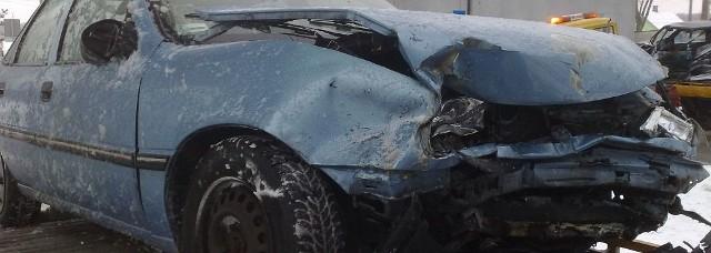 Czołowe zderzenie samochodów opel i tico