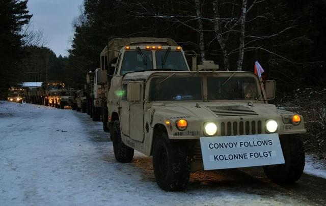 Kolumna amerykańskich wozów wojskowych w drodze do Polski.