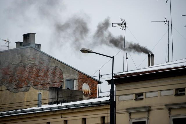 Za smog w większości odpowiada spalanie paliw stałych takich jak węgiel i drewno.
