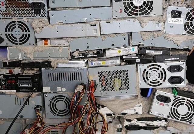Każdy sklep ze sprzętem elektronicznym ma obowiązek przyjąć od nas stare urządzenia.