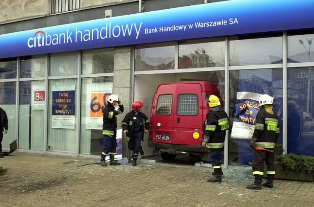 """Strażacy, którzy pierwsi zjawili się na miejscu wypadku, nie mogli zrozumieć w jaki sposób kierowca forda """"zaparkował"""" go w czteropiętrowej kamienicy."""