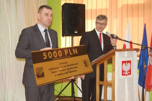 Starosta Tomasz Miłowski  oraz szef rady powiatu Radosław Mrugowski wręczyli dyrekcji symboliczny czek