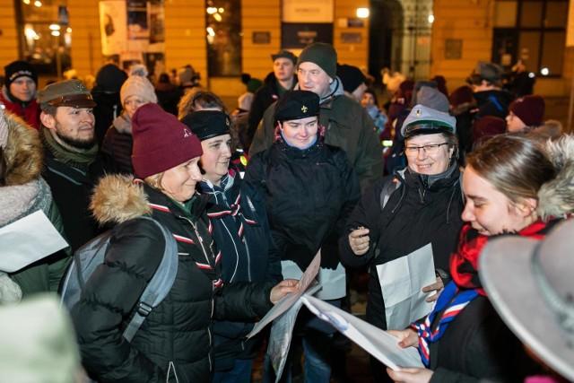 Ponad 200 harcerzy oraz uczniów z bydgoskich szkół wzięło udział w 45. Harcerskim Biegu Nocnym. Skauci spotkali się w piątek o godz. 22 na Placu Wolności, skąd wyruszyli, by rozwiązywać zagadki związane z historią Bydgoszczy. W ten sposób harcerze uczcili rocznicę wybuchu Powstania Wielkopolskiego oraz powrót Bydgoszczy do Macierzy, a także rocznicę wyzwolenia miasta spod hitlerowskiej okupacji. Zobaczcie naszą fotorelację!