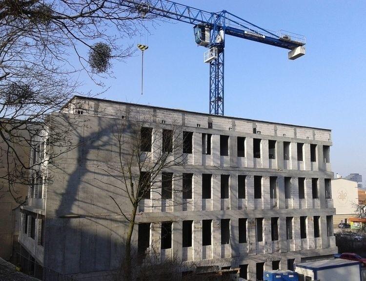 Nowy budynek sądu stoi w pełnej okazałości - pora na dalsze prace wewnątrz i położenie elewacji