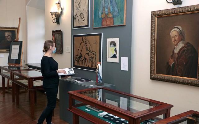Marta Bolek-Maszewska z grudziądzkiego muzeum przygotowała wystawę, na której prezentowane są eksponaty pozyskane przez placówkę w ubiegłym roku