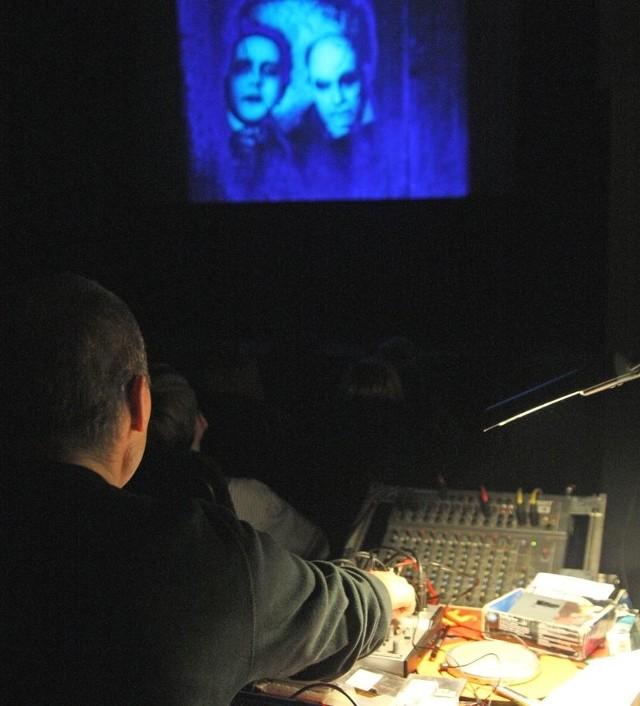 """Czwartkowy seans """"Gabinetu doktora Caligari"""" z muzyką na żywo."""