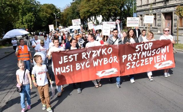 Rodzice z całej Polski zjechali do Inowrocławia, by wziąć udział w proteście przeciwko obowiązkowym szczepieniom dzieci. Wspierają tym samym osoby spod Gniewkowa, przeciwko którym w inowrocławskim sądzie toczy się rozprawa za to, że nie chcieli zaszczepić dzieci. Protestujący wyrażają swoje stanowisko nie tylko pod gmachem Temidy, ale także podczas przemarszu ulicami miasta. Czytaj również: Szczepię bo kocham. Lawinowo wzrasta liczba rodziców odmawiających szczepienia dzieci [rozmowa]