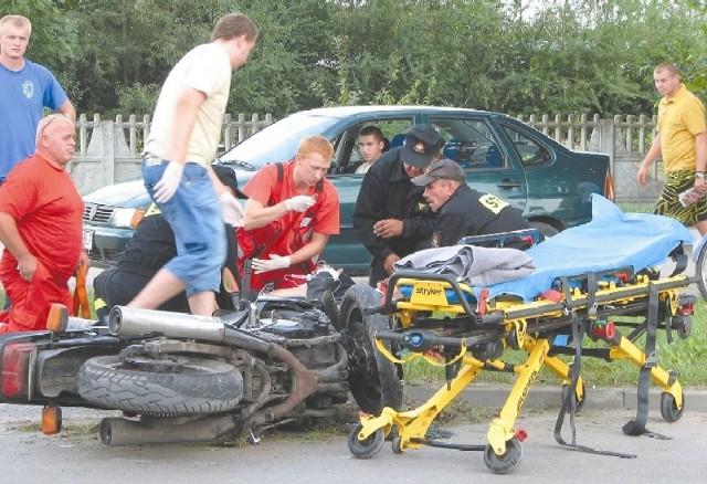 Motocyklista, który jechał ulicą Białowieską, na łuku drogi stracił panowanie nad yamahą, upadł i uderzył w słup oświetleniowy. Na miejscu został opatrzony przez ekipę pogotowia ratunkowego i trafił do szpitala ze złamaniem goleni.
