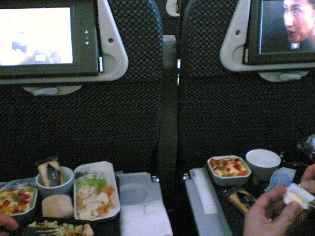 Jak mówi ustawa posiłki oraz napoje przewoźnik zapewnia w ilościach adekwatnych do czasu oczekiwania.