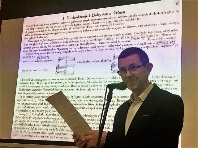 """W styczniu 2020 w bibliotece w Grodkowie Piotr Baron przybliżał czytelnikom """"Szkołę śpiewu"""" Józefa Elsnera."""