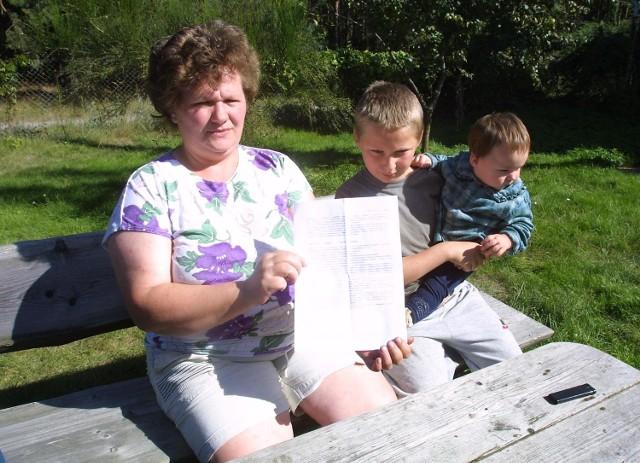"""- Przecież nie puszczę dziecka samego przez las. Tu są dziki. Boję się - mówi Bogusława Tęcza z Mszczuj. Jej syn nie chodzi do szkoły. Pani Bogusława pokazuje pismo z ministerstwa, bo i tam się skarżyła. Dostała odpowiedź, że """"obowiązek zapewnienia dojazdu jej dziecka do szkoły spoczywa na gminie""""."""