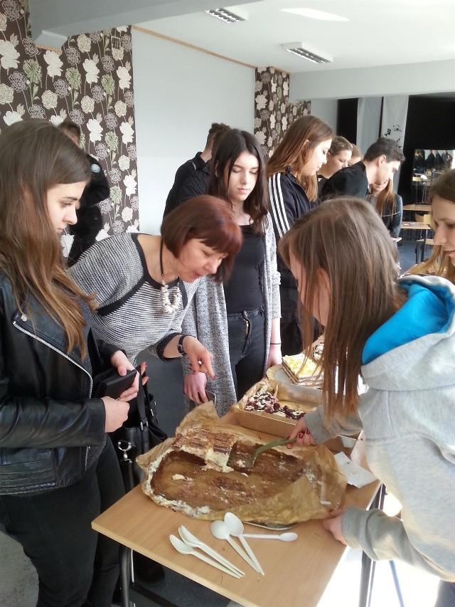 Uczniowie ZSI w Słupsku zbierali pieniądze na leczenie Natalki, sprzedając w szkolnej auli ciasta domowego wypieku i kanapki.