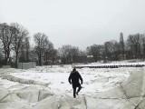 KS Prokocim Kraków. Lód i śnieg prawie zniszczyły halę balonową w Parku Jerzmanowskich [ZDJĘCIA]