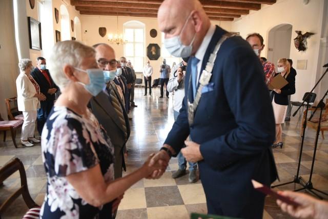 We wtorek (03.08) w Ratuszu Staromiejskim odbyła się wyjątkowa uroczystość. Prezydent Michał Zaleski wręczył mieszkańcom miasta Medale za Długoletnie Pożycie Małżeńskie. Przypomnijmy, że medale te stanowią wyróżnienie dla osób, które przeżyły co najmniej 50 lat w jednym związku małżeńskim. Zobaczcie galerię zdjęć z tego wydarzenia.