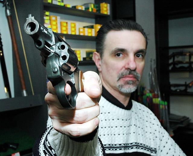 Ten dziewięciomilimetrowy rewolwer prezentowany przez Jana Milewskiego ze sklepu Safari wygląda jak prawdziwi pistolet. Zamiast ostrej amunicji do komór wkłada się jednak pociski z gazem. Zezwolenie na taką broń zdobyć jest teraz bardzo trudno, więc chętnych na jego kupno brak.