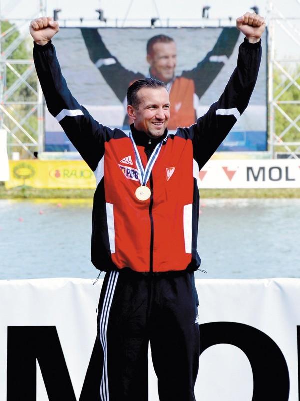 Lato 2011 roku, Szeged na Węgrzech. Gest triumfu Marka Twardowskiego na najwyższym stopniu podium mistrzostw świata w wyścigu jedynek na 500 metrów.  Oby w Londynie powodów do radości też nie zabrakło.