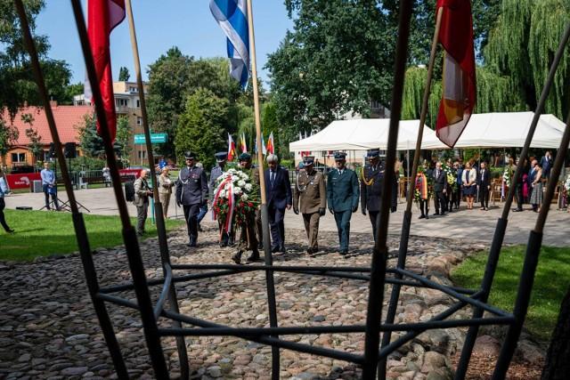 Dzisiaj (17 sierpnia) mija 78. rocznica powstania w gettcie białostockim. Z tej okazji pod Pomnikiem Wielkiej Synagogi, pod tablicą upamiętniającą Ichooka Malmeda, a także pod Pomnikiem Bohaterów Getta złożono kwiaty i oddano cześć poległym.