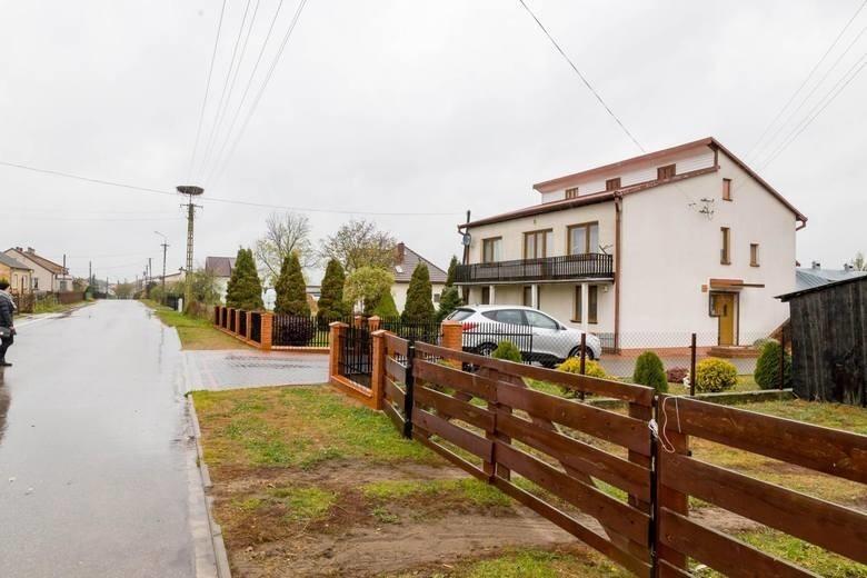 We wtorek policjanci zatrzymali w związku ze sprawą dwóch mieszkańców wsi Jeńki: 67-letniego Jerzego K. i jego 40-letniego syna Dariusza K.