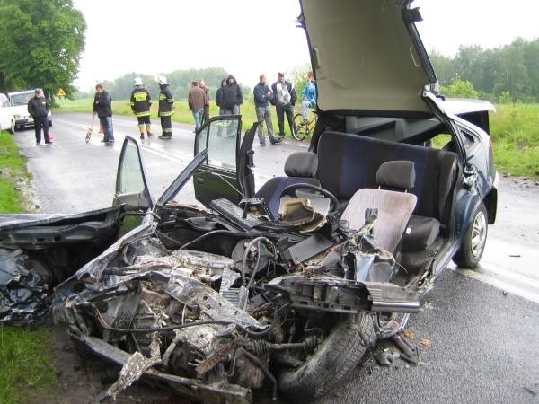 Ten opel zderzył się z ciężarówką.