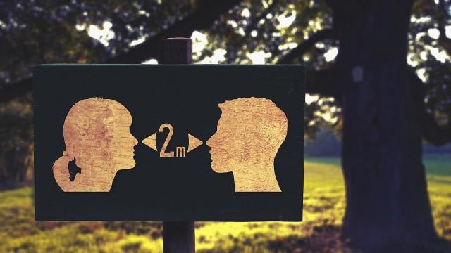 Dystans społeczny to jeden z najważniejszych czynników ochronnych przed zakażeniem się, przy czym optymalna odległość to co najmniej 2 metry.