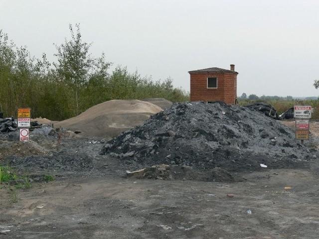 Co dalej z wysypiskiem w Zalesiu? Czy i kiedy przedsiębiorca usunie z terenu odpady, których, jak pokazały wyniki badań, nie powinno tam być - pytają mieszkańcy, radni i władze gminy Gorzyce.