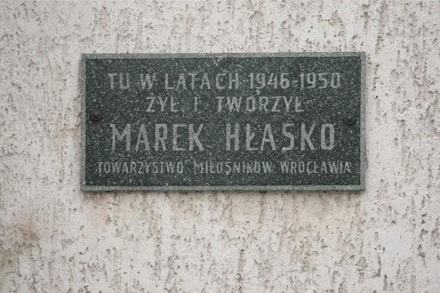 Tablica upamiętniająca pisarza znajduje się na elewacji domu przy ul. Borelowskiego 44