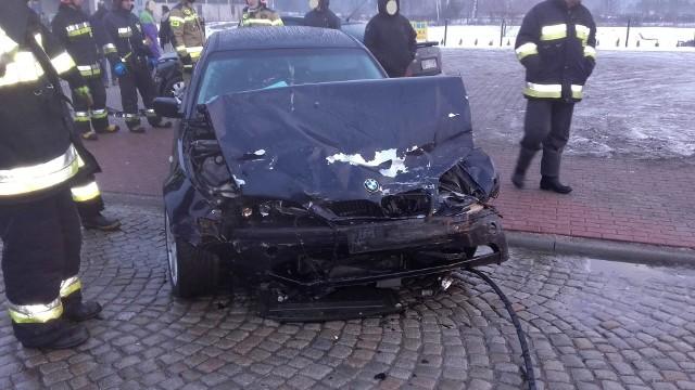 Trzeciego lutego około godziny 7.00 w Prostkach na drodze krajowej nr 65 doszło do kolizji z udziałem dwóch samochodów osobowych.