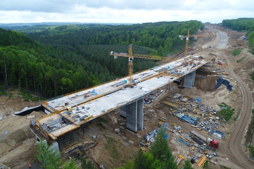 Trwają prace związane z budową trzech odcinków drogi...