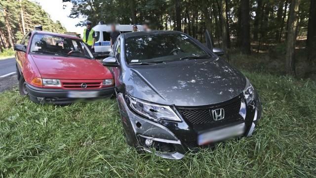 Do zderzenia doszło we wtorek, 30 sierpnia na trasie z Zielonej Góry do Krosna Odrzańskiego. Wcześniej na tej samej drodze miała miejsce niegroźna kolizja.- Wyprzedzałem, miałem miejsce i wtedy z drogi zepchnął mnie kierowca opla – opowiadał kierujący hondą. Faktycznie kierowca opla nie zauważył wyprzedzającej go hondy i skręcając w lewo doprowadził do zderzenia.Oba auta wypadły z drogi. Na szczęście nikomu nic się nie stało. Na miejsce przyjechała policja. Kierowca opla została ukarany mandatem. Na jego konto trafiły równie punkty karne za spowodowanie kolizji.Wcześniej na tej samej trasie doszło do niegroźnej kolizji.Przeczytaj też:   Budowa S3 w Lubuskiem. Kiedy pojedziemy nad morze bez stania w korkach?